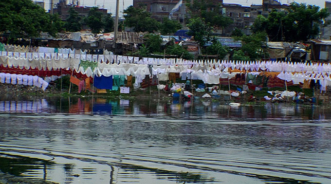 Dhaka riverside wash